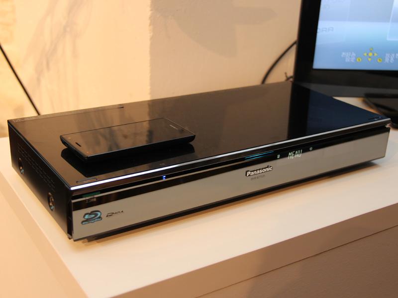 「DMR-BZT920」の本体上にQi規格に対応した機器を置くだけで、充電できる。また、データ通信もできる