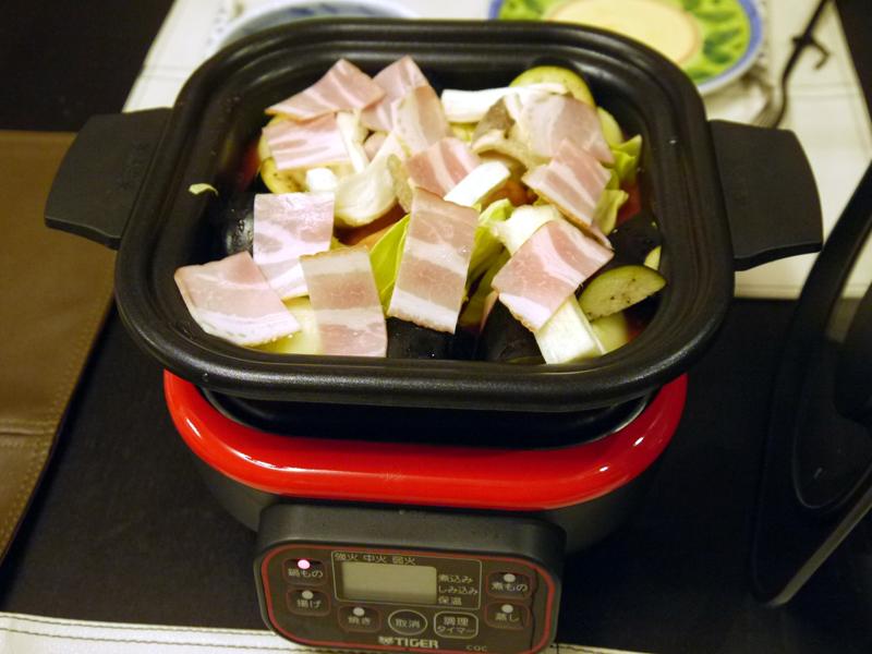 トマト鍋は具材を入れて、強火で加熱スタート