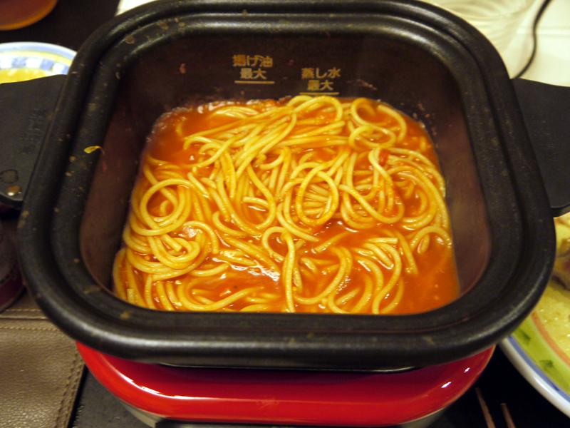 お鍋の〆にはパスタを入れて、ナポリタン風にしました。汁気が少ないパスタも焦げ付くこと無く使いやすかったです