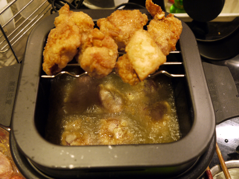 レシピブックには、鶏の唐揚げは一度に3個が目安と書いてありますが、試しに1度に6個揚げてみたところ、ちゃんと美味しく仕上がりました!