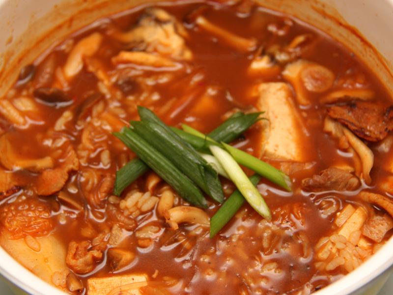 これに、別途炒めていた肉と野菜を入れれば、豆腐チゲ湯の子の完成