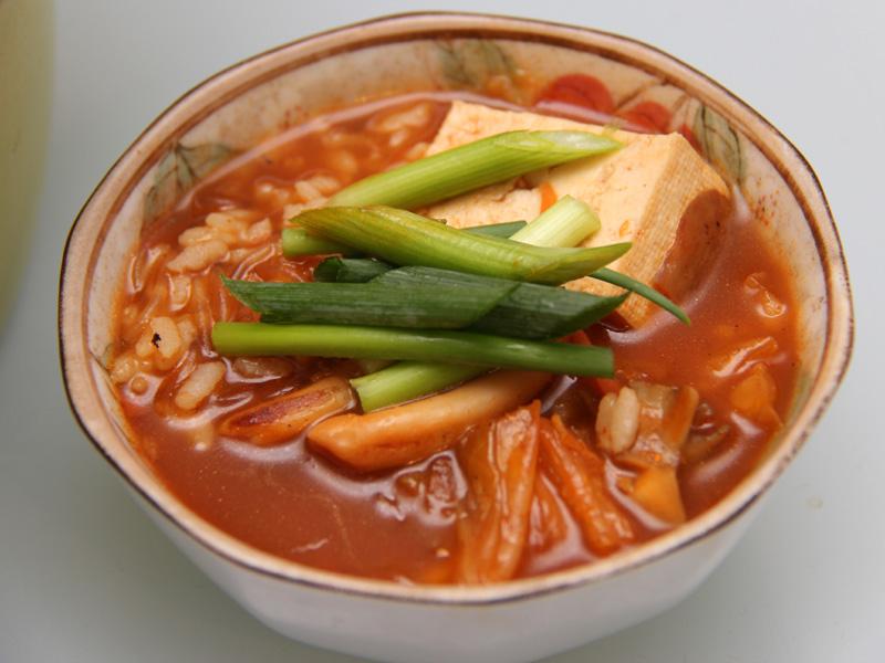 歯ごたえのある湯の子と、辛いスープの相性が抜群。これはうまい!