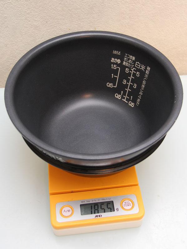 重さを測ってみると、約1.8kg。ずっしりと重い