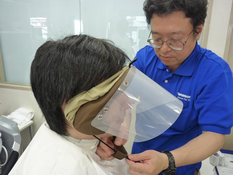 洗髪前に、顔全体を覆う水はね防止のガードを付ける