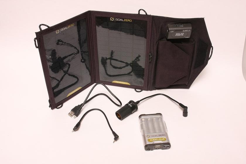 アスク「GUIDE 10 PLUS Adventure/Mobile Kit」。A4サイズの大きな太陽電池パネル。スマホを直接充電できるだけでなく、付属のモバイルバッテリーパックに入れたニッケル水素電池を充電して、そこからスマホを充電することも可能