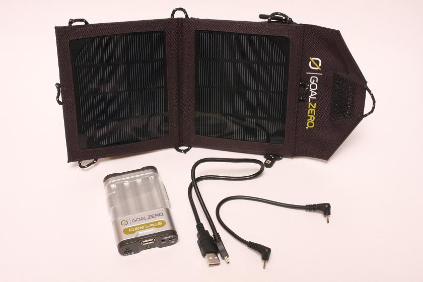一回り小さな太陽電池パネルのMobile Kit。こちらもニッケル水素電池を使うモバイルバッテリーパックが付属されている。価格は8900円前後