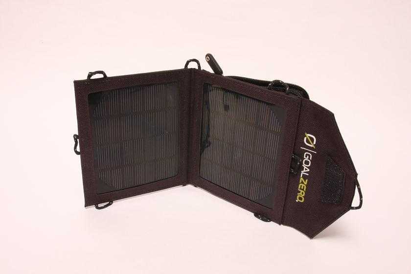 本当は同じ端末で充電実験をするのがベストだが、同じものを用意できなかったので、ほぼ電池容量の同じスマホを使った。こちらはXperia acro HDと小さい太陽電池パネルの組み合わせ