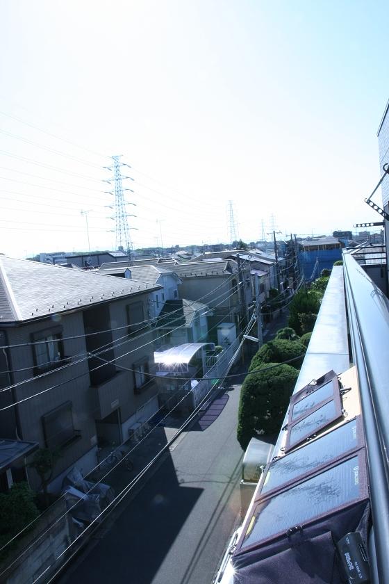 特製の土台を製作し、3階のベランダに並べて太陽電池パネルを設置。同時に2台を充電した