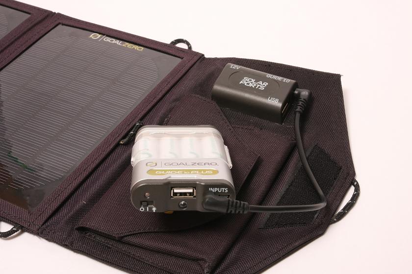 太陽電池パネルでバッテリーパックを充電する場合は、専用のコネクタで接続すると急速充電できる
