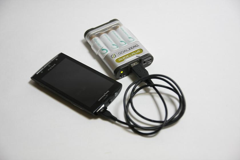 モバイルバッテリーパックでスマホを充電する場合は、USBコネクタを利用する。最高出力は1Aなのでタブレット端末の充電も可能