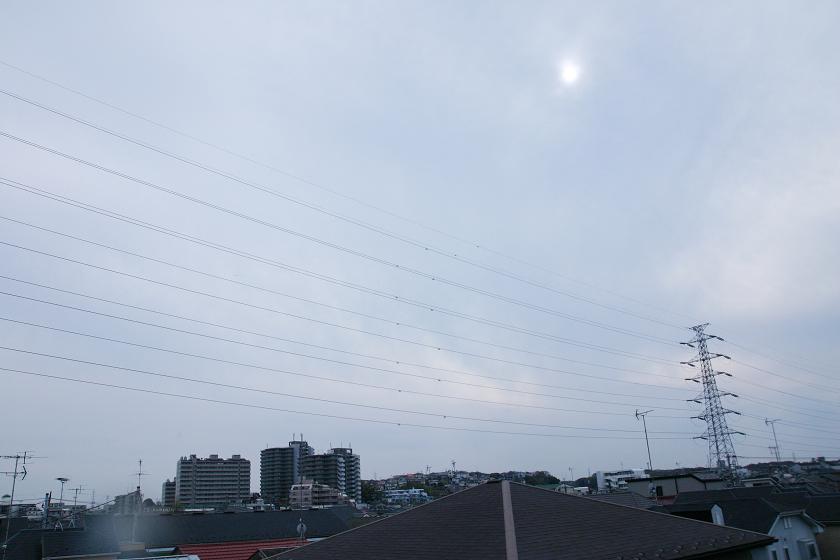 4月13日の15時過ぎの空模様。正午は太陽が見えていたが、雲が厚くなり始めた