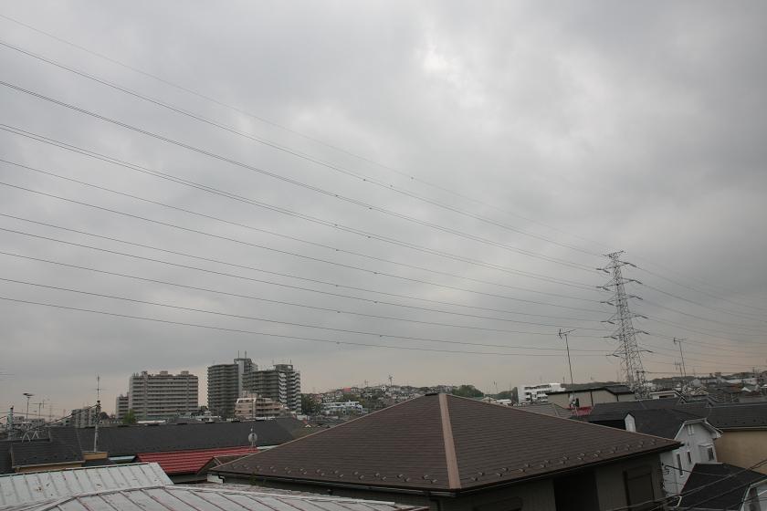 4月15日の14時ごろ。13日に比べると雲が厚く太陽がほとんどみえない。それでも電流は低いながらも発電できる