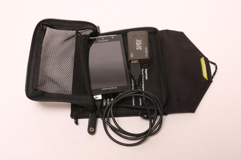 コネクタは太陽電池パネル裏のポケットにあり、ポケットにスマホを入れてチャックで締めておける