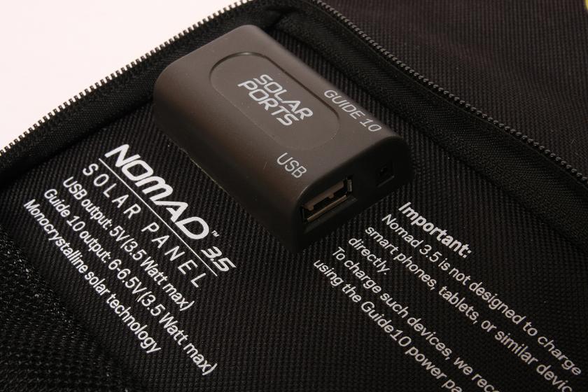 出力コネクタは、USB出力端子と、モバイルバッテリーパック充電用コネクタの2系統