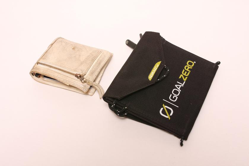 折りたたむと大きめのお財布のような感じスーツの脇ポケットにギリギリ収まる大きさだ
