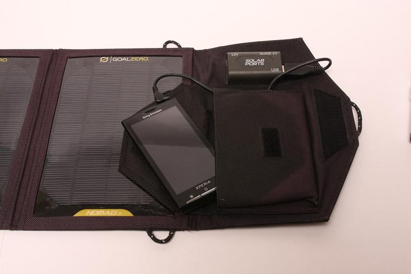 コネクタは太陽電池パネルと同じ面にあるが、折り返せばパネルの陰にできる。ポケットは小さめで、最近の大型液晶を持つスマホはちょっと入らない