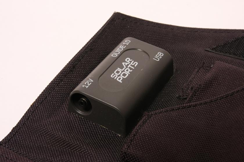 出力コネクタは、USB出力端子と、モバイルバッテリーパック充電用コネクタ、反対側には12Vの出力端子があり、車のシガーソケットコネクタが添付されている