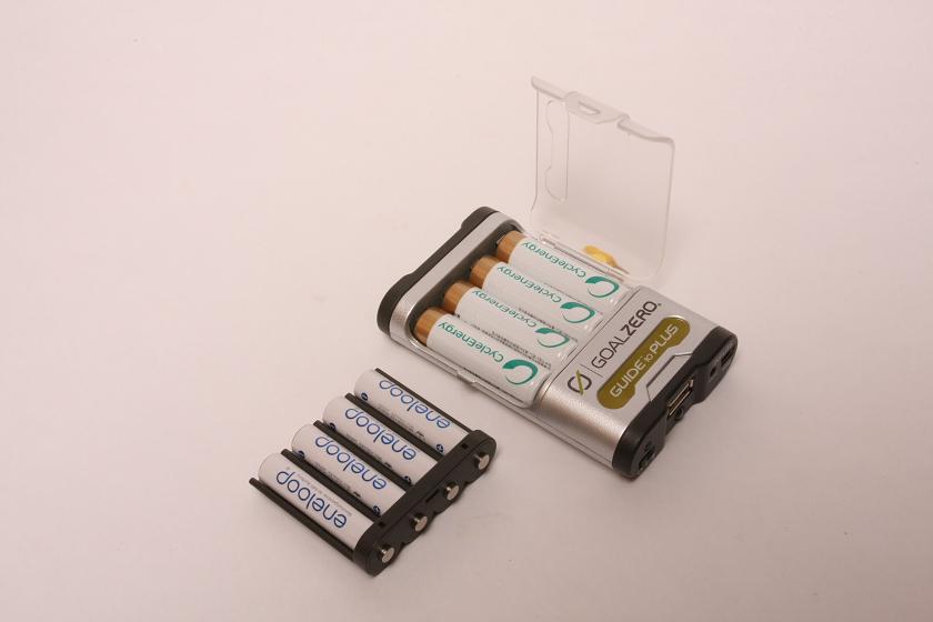 アダプタを着脱することで、単三電池にも単四電池にも対応できる。作りはしっかりと頑丈だが、頑丈すぎて電池を取り出しにくいのが難点