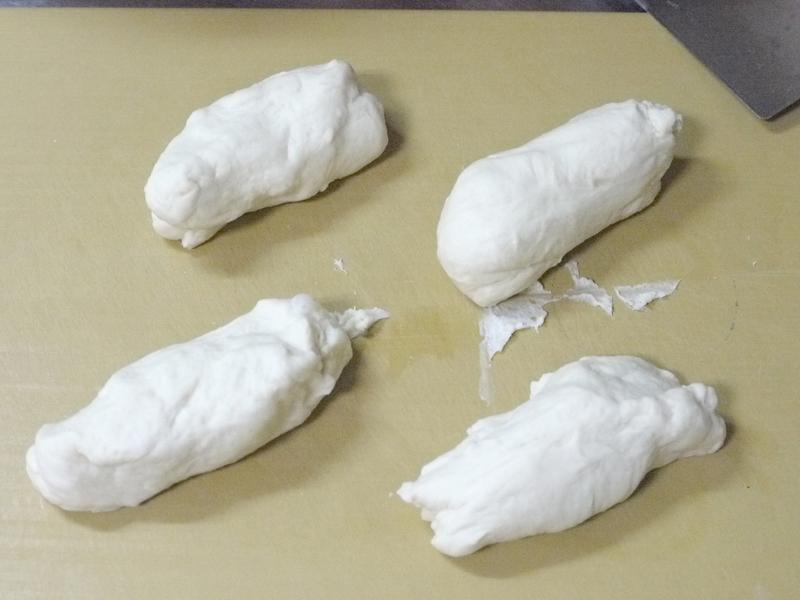 メロンパンコース半斤分のパン生地を作り、4等分する