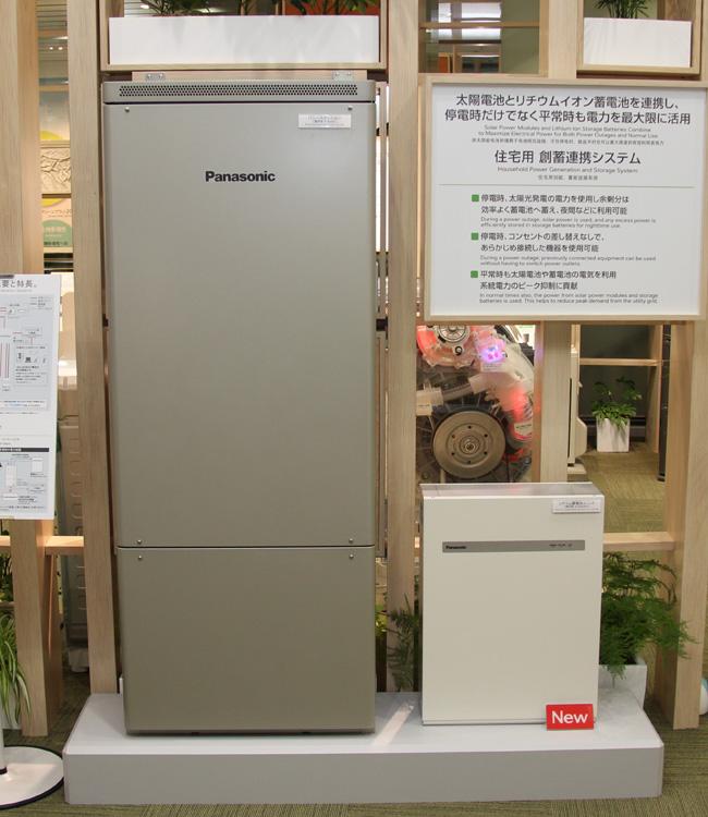 パナソニックの「住宅用 創蓄連携システム」。右がリチウムイオン蓄電池ユニット、左が「パワーステーション」