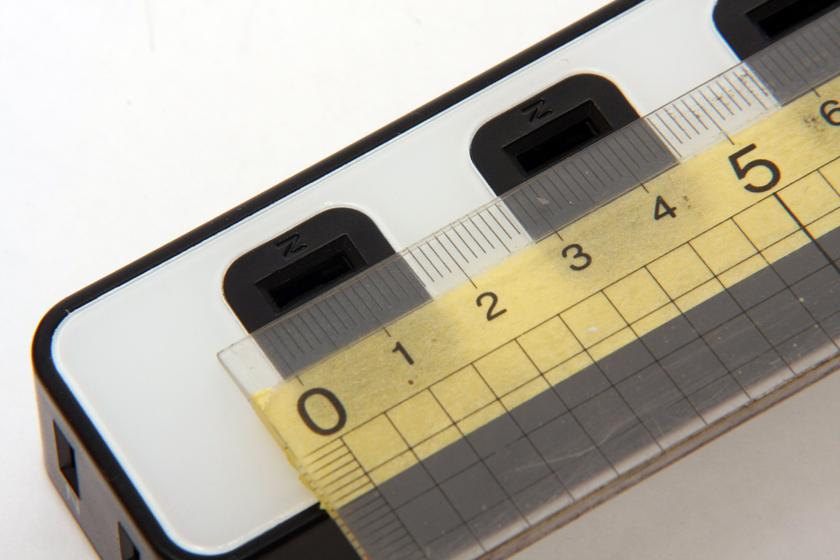 雷ガードタップの間隔は30mm。これはほかのコンセントと比べると若干狭めだ