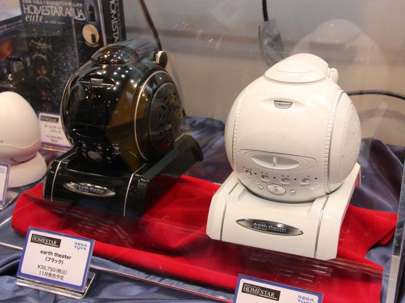 アースシアター本体。カラーはブラック(左)とホワイト