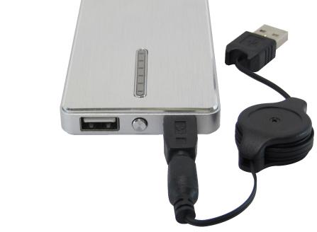 内蔵バッテリーを充電する際には、付属の巻き取り式充電ケーブルを使用する