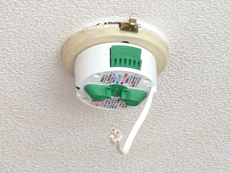 取り付け手順を順を追って紹介しよう【1】天井にある引掛けシーリングに、付属のアダプターをはめ込む