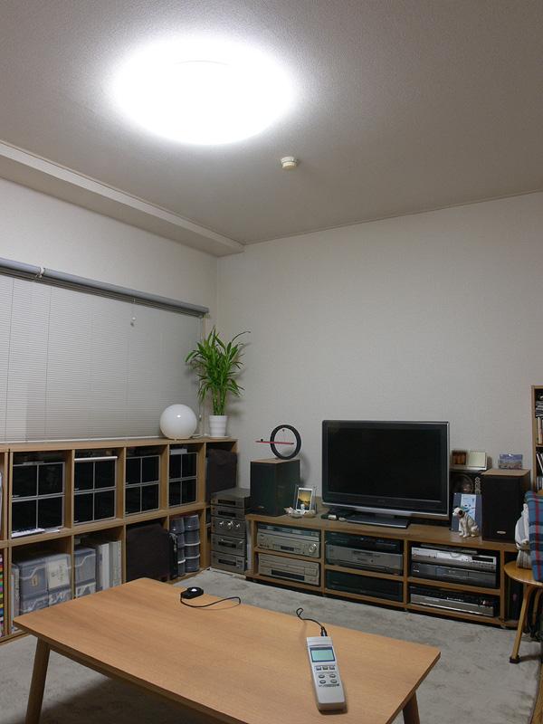 こちらは我が家でこれまで使っていた、消費電力が95Wの蛍光灯シーリングライト。テーブル面の明るさは300lx弱だった(光源からの距離は約2m。以降同じ)