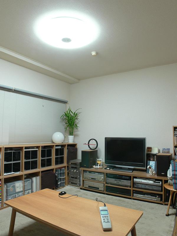 「全灯」で点灯した様子。画面のテーブル上の明るさは496lxと大幅に明るく、天井付近から床と、部屋の隅々までしっかり明るい