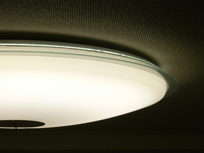 カバーは外側にせり出しており、光は天井面へも届いている