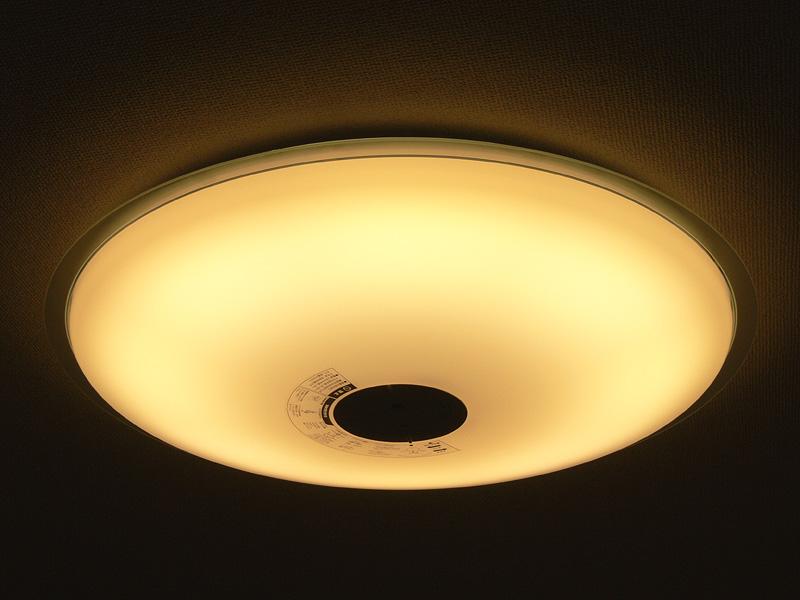 「電球色」100%は、昼光色のLEDが完全に消える。くつろぎのシーンにふさわしい電球に近い光色になる
