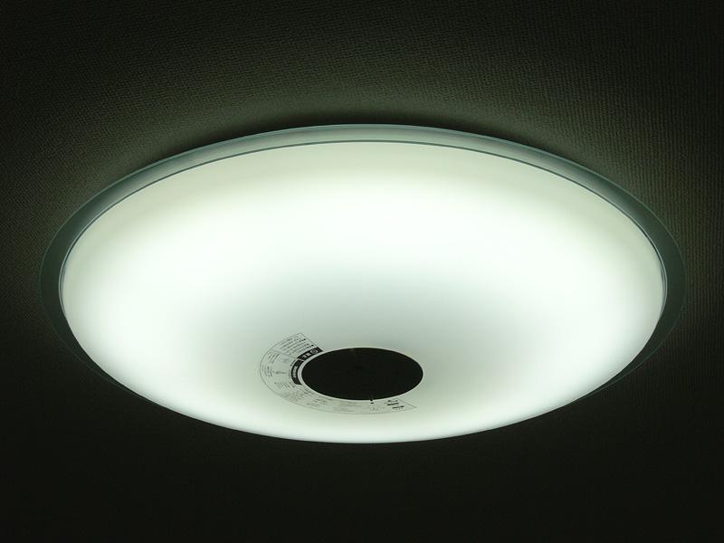 「昼光色」100%は、電球色のLEDが完全に消える。青白い光は、日中の補助光や仕事や勉強に向く光色だ