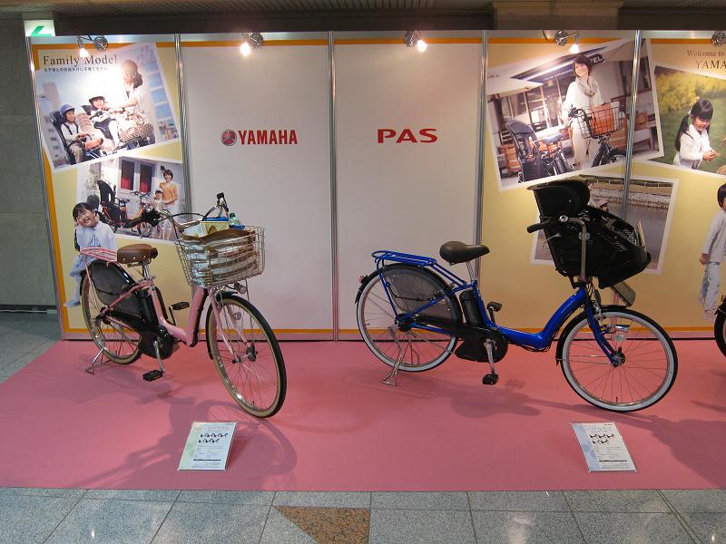 会場に展示されていた、幼児2人同乗可能な「PAS Raffini L」と「PAS リトルモア」
