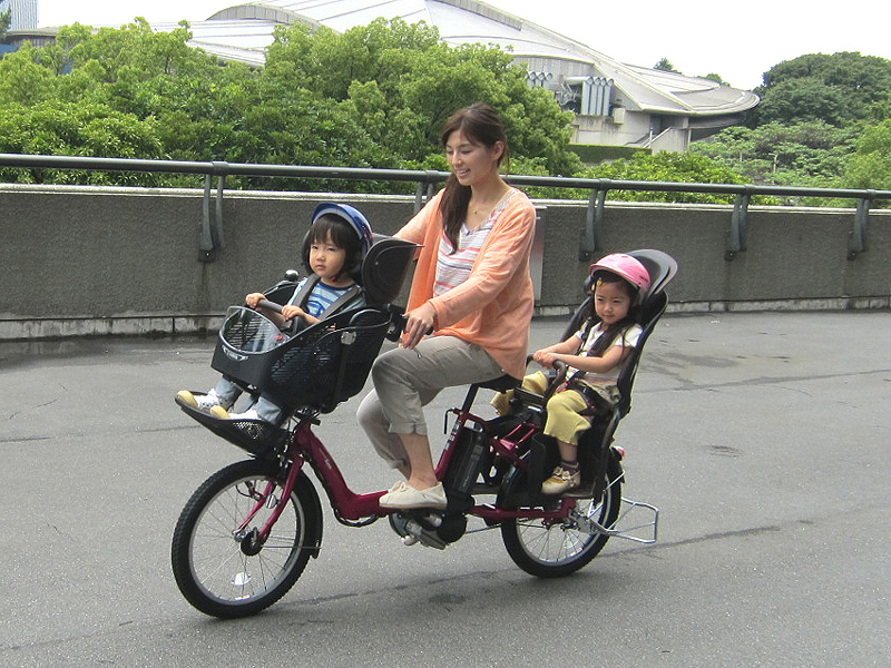 モデル試乗中の様子。子供を前後に2人乗せても、安定して走行していた
