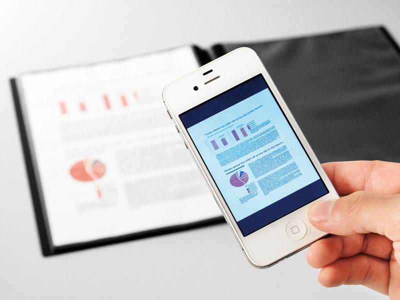 クリアファイルに収納した書類をスマートフォンの専用アプリで撮影するだけで、画像データとして取り込むことができる