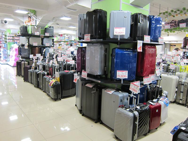 スーツケースなどの旅行用品も売られている
