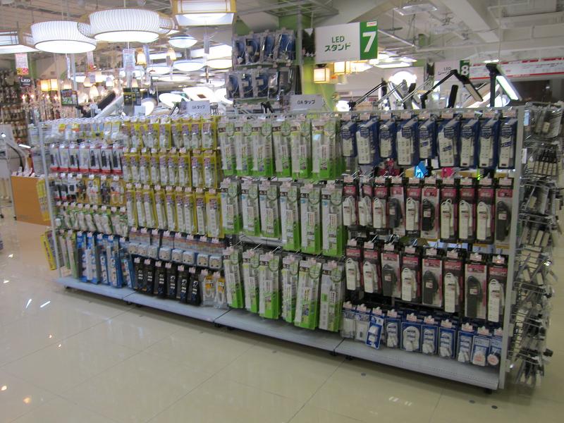 照明器具の脇に電源タップが売られていた