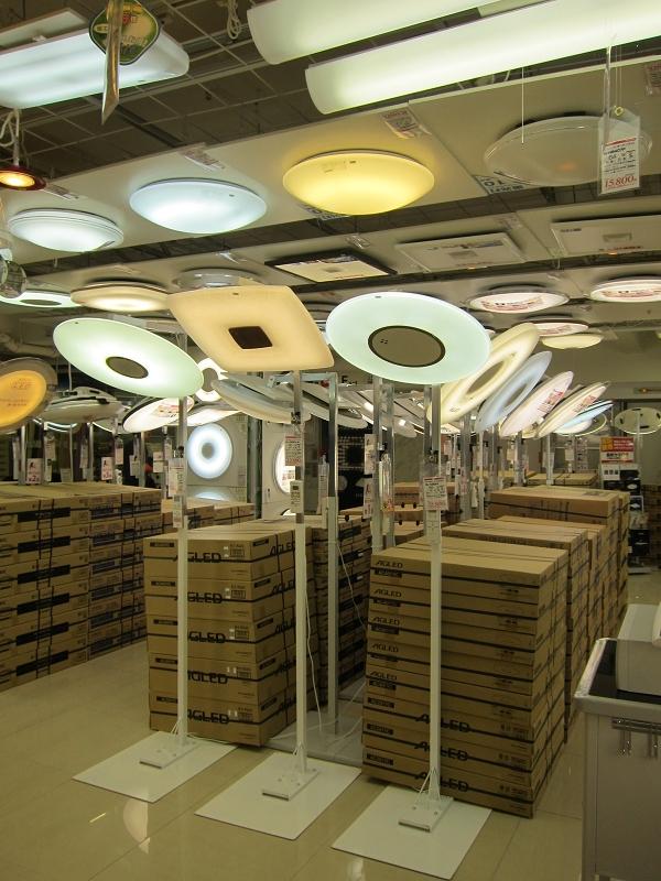 LEDシーリングライトの売り場も十分に確保。製品を低い位置に展示しているため、見比べやすかった