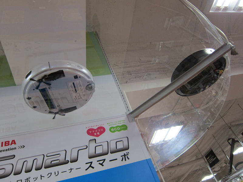 """透明な板の上にロボット掃除機を走らせることで、ロボット掃除機の本体底部に位置するブラシの動きを目で見て確認できる。たまに、ロボット掃除機同士が""""ベイごま""""のようにぶつかり合っている姿が面白かった"""