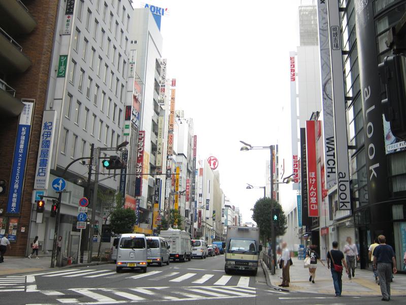 新宿東口。新宿通り沿いの紀伊国屋書店前より、新宿三丁目方面を望む。向かって右側に新しいビックカメラの看板が見える