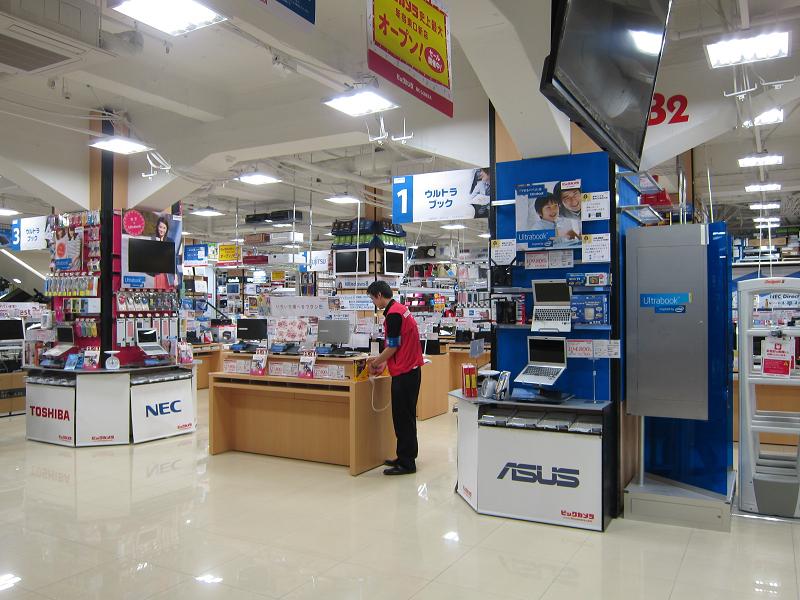店頭の様子。ASUSやlenovoなど海外メーカーのものも目立つ位置に置かれている