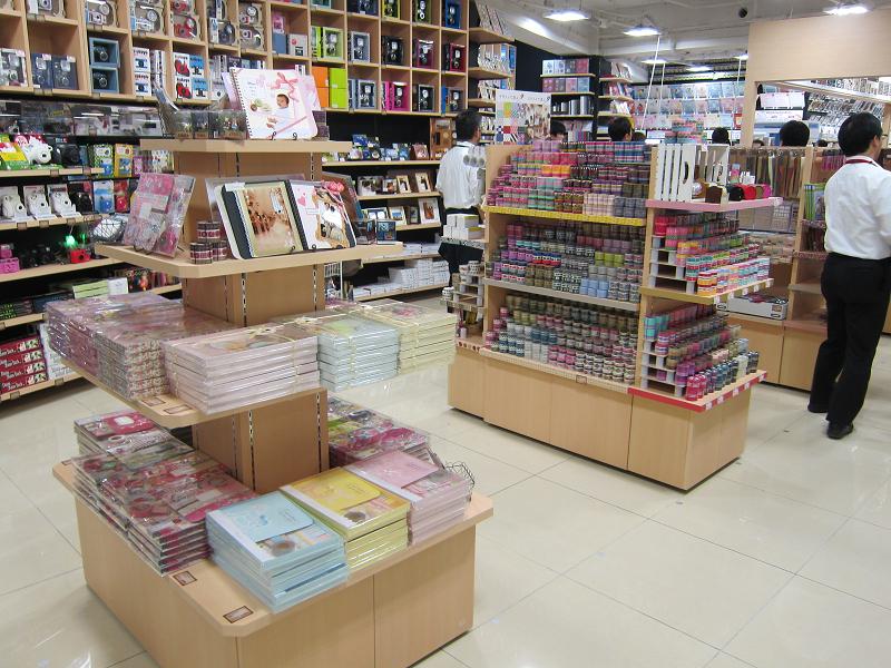 女性向けのフォトアルバムやマスキングテープなどのツールが豊富。文具店のようだ
