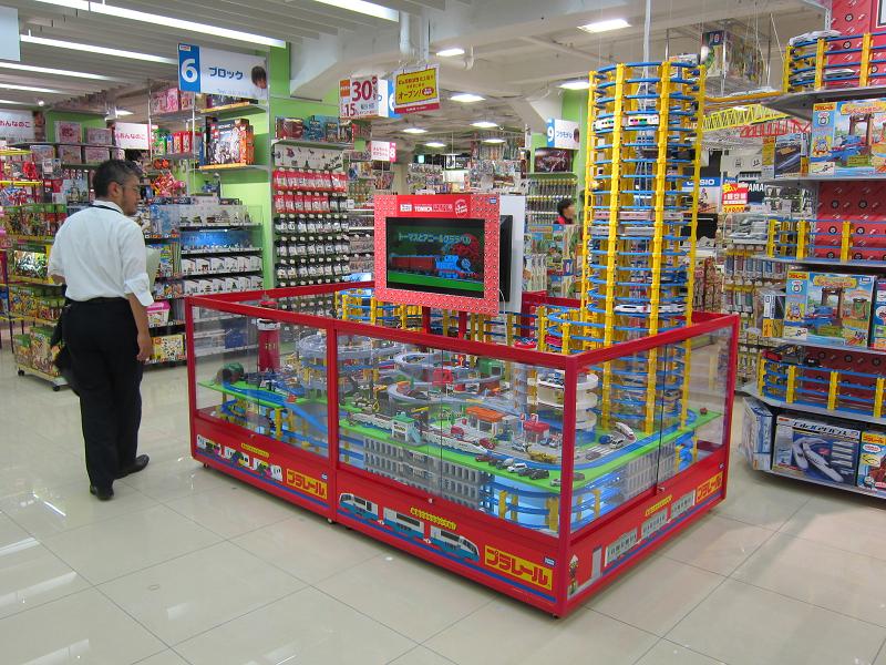 プラレールは売り場の中心で実際に動いていて、目を引く