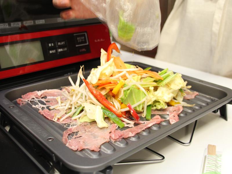 豚バラ肉の上に野菜をのせる