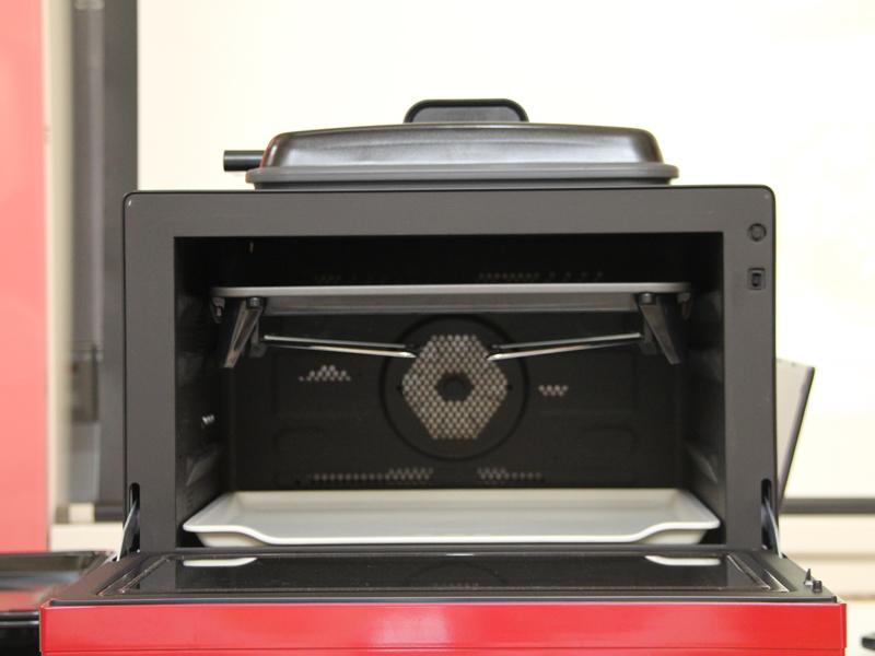 グリル皿は最も高い位置にセットする。上部ヒーターの熱で一気に表面を焼き上げるという