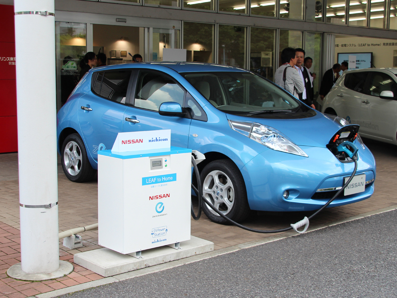 日産リーフと、その充電・給電システム「LEAF to HOME」(写真は5月に行なわれた日産の発表会のようす)