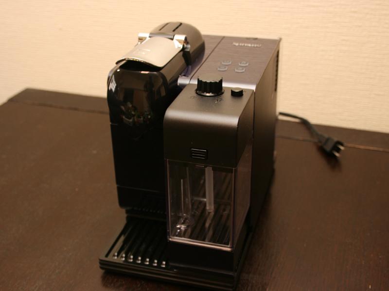 使用シーンに応じて、本体形状は様々変化する。写真はミルクタンクを本体にセットしたところ