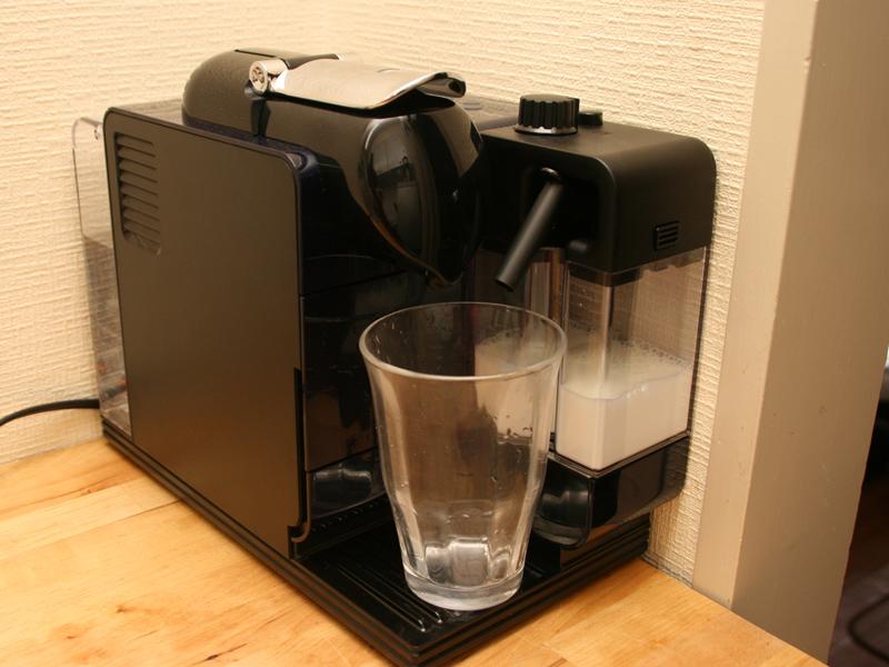 大きめのグラスを使ってカフェラテを入れる