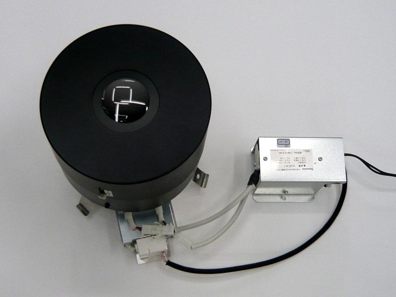 LED照明器具の構造。右側の金属箱は、可視光線通信信号制御ブロック